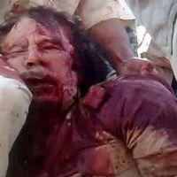 Une capture d'écran d'une vidéo montrant l'arrestation de Mouammar Kadhafi