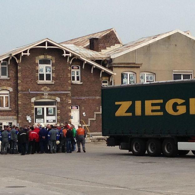 Les syndicats se réunissent à proximité du camion.